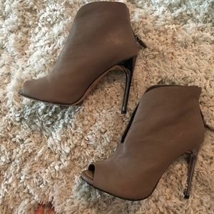 BCBGMaxAzria Taupe leather ankle booties sz 36